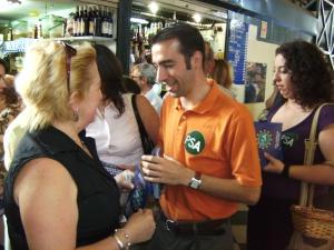 El secretario de Jerez Santiago Casal reparte propaganda en el mercadillo